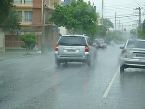 Em períodos de chuva é necessário redobrar os cuidados no trânsito